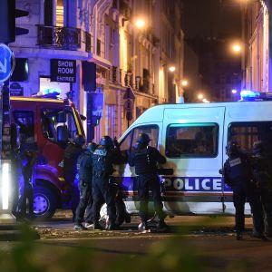 Poliser utanför Bataclan.