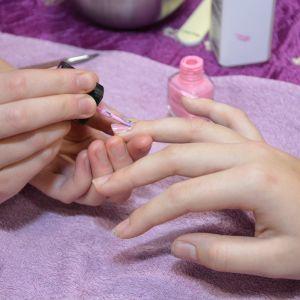 Naglar lackas av elever från kosmetologutbildningen i Pargas.