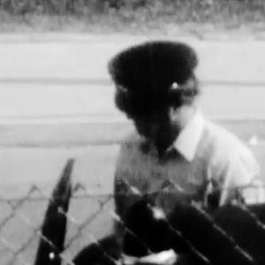 Soldat vid stängsel.
