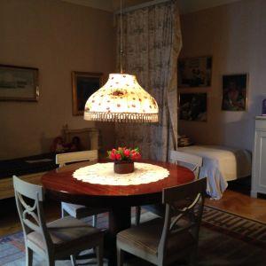 Vid väggen till vänster står sängen som var dottern Karin Nymans, där Pippi-berättelserna föddes