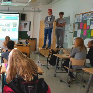 Nyhetsmentorn Anna Savonius håller introduktion till projektet i Hoplaxskolan.