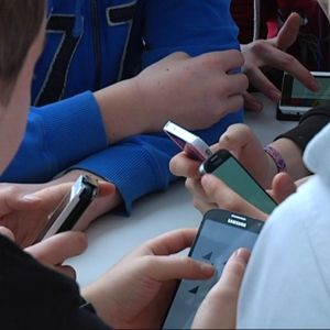 Elever i Axxell med sina smarttelefoner.
