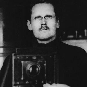 Bild ur YLE arkiv  IMG_2010_00099721 Bygdefotograf Emil Nikkonen (1883-1938). Hannu Sinisalo, fotogaferad .1.1910