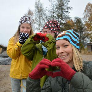 Programledaren Hanna och Lotta och Joanna på stranden vid Strömsö