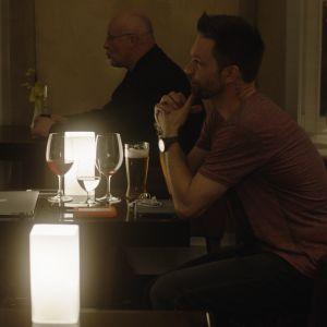 Marie-Josée Croze och Mikko Nousiainen tittar förälskat på varandra över ett cafébord.