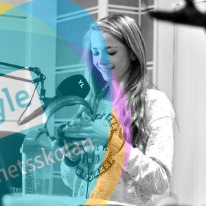 En av Yle Nyhetsskolans elever jobbar i Yle X3M:s radiostudio under Nyhetsskoledagen.