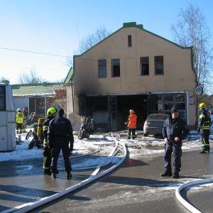 Eldsvåda i verkstad i Skata
