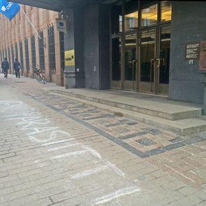 """""""Veroparasiitti"""" hade någon skrivit utanför Nordea på tisdag 5.4., bilden tagen strax för kl 17."""