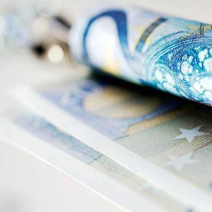 grönblå rullad 20-eurossedel.