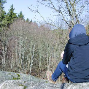 pojke ensam på en berg