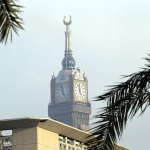 Binladin Group byggde The Mecca Royal Clock Tower Hotel. Klocktornet är 591 meter över havsytan.