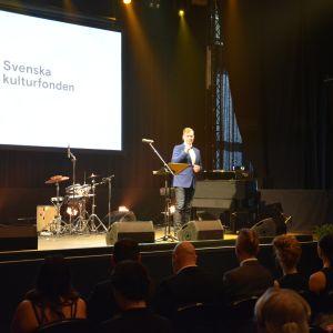Konferencier Riko Eklundh på Svenska kulturfondens utdelningsfest i Åbo 2016.