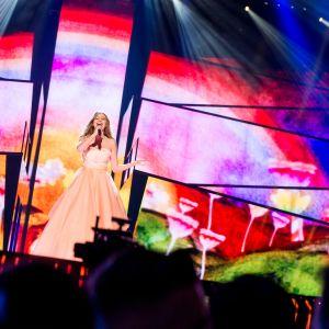 Österrikes Zoë på Eurovisionsscenen.