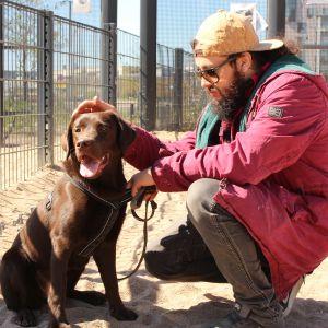 Hundägaren Jorge Padilla med hunden Canela