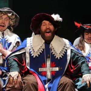 Scen ur föreställningen De tre musketörerna.
