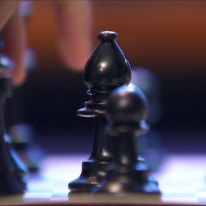 Någon spelar schack.