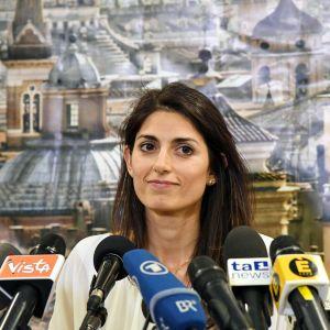 Virginia Raggi håller presskonferens efter sin seger i borgmästarvalet i Rom