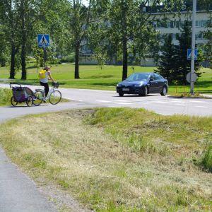 Cyklist korsar övergångsställe, bil väjer.