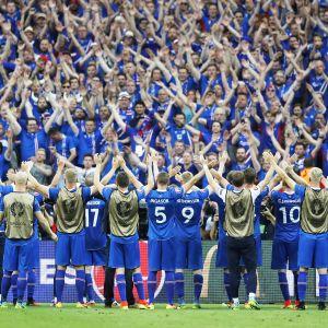Island tackar sina fans efter segern mot Österrike.