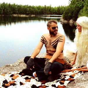 Johannes Björkqvist som Khal Drogo och Märta Westerlund som Khaleesi.