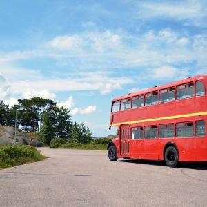 Sommarbussen i Hangö parkerad vid De fyra vindarnas hus.