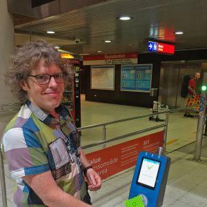 Mikael Johnson köper biljett med den nya resekortläsarn.