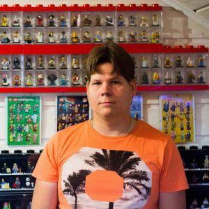 Jonny Björkström undervisar med lego
