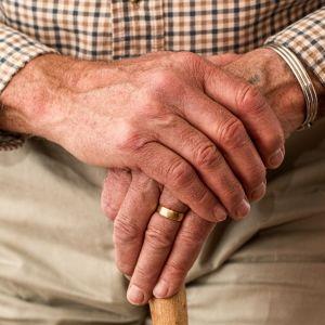 Äldre persons händer.