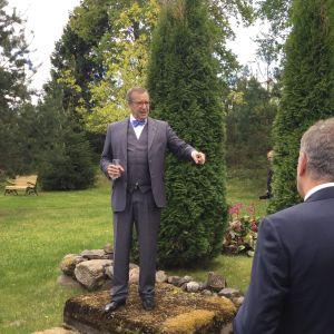 Toomas Hendrik Ilves poserar i en park.