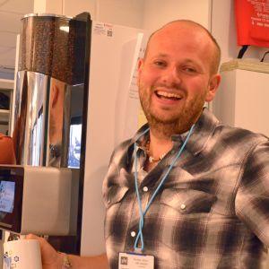 Mia Haglund och Calle Lindgren vid kaffeautomaten.