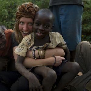 Sofia Jern och två små pojkar i Kenya.