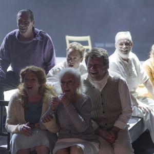 """Scen ur föreställningen """"Vår klass"""" av Tadeusz Słobodzianek på Esbo stadsteater."""