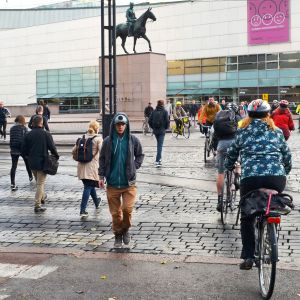 Cyklister och fotgängare korsar Mannerheimvägen