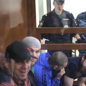Fyra män som står åtalade för mordet på Nemtsov. Den huvudåtalade Zaur Dadajev längst till höger. 3.10.2016