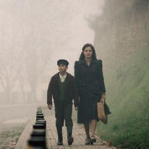 Zoran (David Todosovski) och hans mamma Lica (Lucija Serbedzija) går längs en gata samtidigt som en grupp tyska soldater passerar dem.