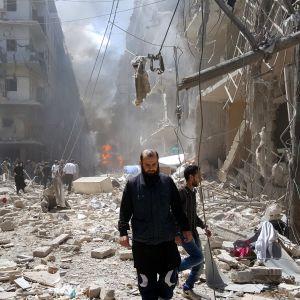 Förstörelse efter en flygräd mot ett rebellkontrollerat område i Aleppo