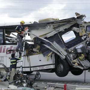 En turistbuss med totalt krossad front i Kalifornien. Bussen körde in i en lastbil i en krasch som dödade åtminstone 13 personer.