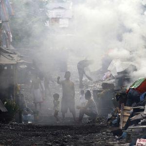 Träbränning vid en kolfabrik i Filippinerna