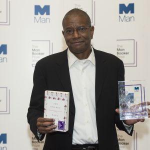 Författaren paul beatty får Man Booker-priset år 2016.