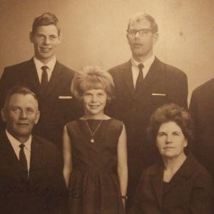 Bildtext: Familjen Nylund. bakre raden: Ralf, Max och Roger främre raden: May-Britt, Tor, Katarina, Gärda, Kristina