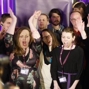 Jublande medlemmar i det isländska Piratpartiet när de preliminära resultaten i parlamentsvalet kom, 29.10.2016.