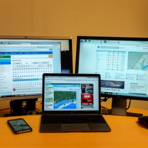 Bildskärmar med väderprognoser på.