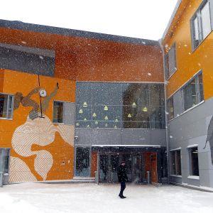 Skolbyggnad i snöyra
