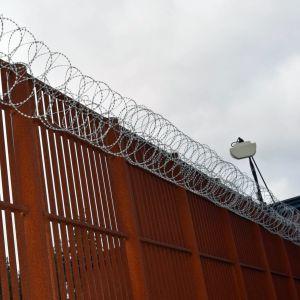 Mur med taggtråd vid fängelset i Vanda.
