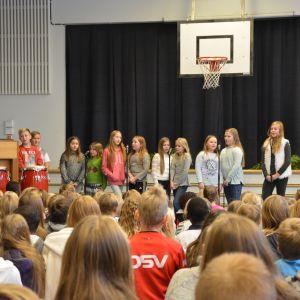 Elever sjunger i Smedsby-Böle skola i Korsholm.