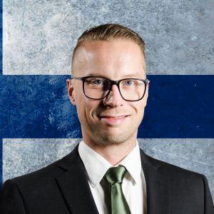 Nicke Aldén och Magnus Hansén framför Finlands flagga.