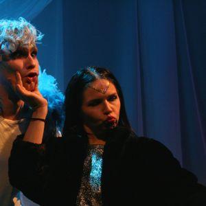 Robin Hänninen och Minna Kettunen-Enberg i Näktergalen på Svenska Teaterns Nicken-scen.