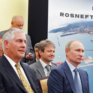 Rex Tillerson och Vladimir Putin sitter bredvid varandra.