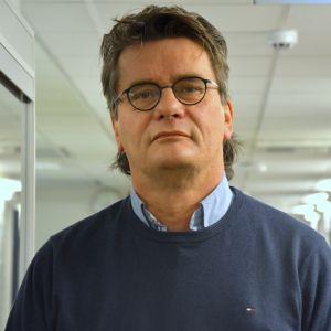 Mikael Victorzon poserar i nyhetslandskapet vid Yle Österbotten.