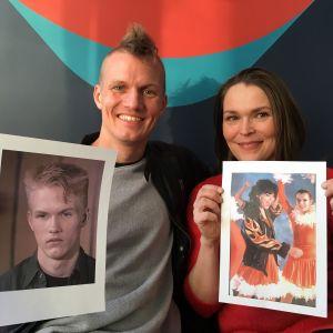 Man och kvinna sitter i soffa och håller upp bilder på sig själva